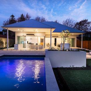 Ejemplo de piscina elevada, actual, grande, rectangular, en patio trasero