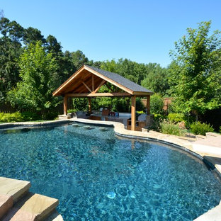 Diseño de piscina con fuente alargada, rural, extra grande, a medida, en patio trasero, con adoquines de piedra natural