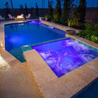 Foto de piscinas y jacuzzis de estilo americano, grandes, rectangulares, en patio trasero, con entablado