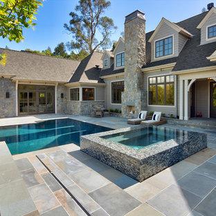 Imagen de piscinas y jacuzzis contemporáneos, grandes, rectangulares, en patio trasero, con adoquines de piedra natural