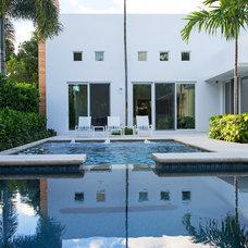 Modern Pool by W.A. Bentz Construction, Inc.