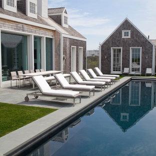 Diseño de casa de la piscina y piscina alargada, costera, de tamaño medio, rectangular, en patio lateral, con adoquines de piedra natural
