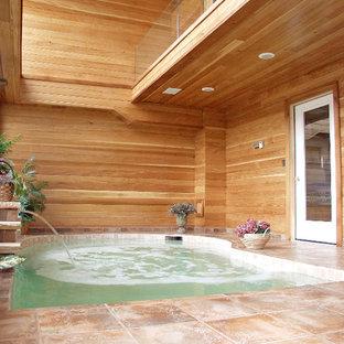 Réalisation d'une petit piscine design rectangle avec un bain bouillonnant et du carrelage.
