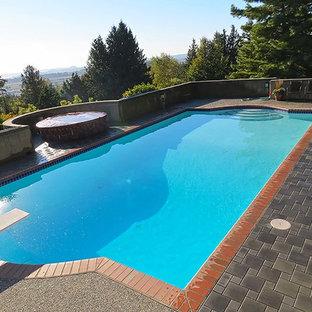 Imagen de piscinas y jacuzzis alargados, actuales, grandes, a medida, en patio trasero, con granito descompuesto