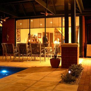 Foto de piscina con fuente natural, actual, pequeña, rectangular, en patio trasero, con adoquines de hormigón