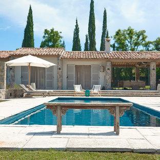 Réalisation d'abris de piscine et pool houses latéraux méditerranéens de taille moyenne et rectangles avec des pavés en pierre naturelle.