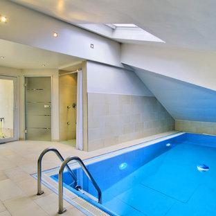 Mittelgroßer, Gefliester Moderner Indoor-Pool in rechteckiger Form in Sonstige