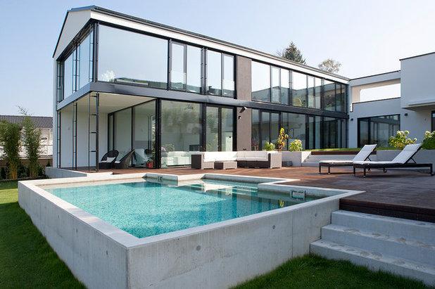 Modern Pools by BAU-WERK-STADT Architekten Thomas Bechtold