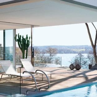 Esempio di una piscina monocorsia scandinava rettangolare di medie dimensioni e nel cortile laterale con pedane