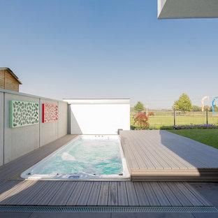 Diseño de piscinas y jacuzzis elevados, contemporáneos, pequeños, rectangulares, en patio trasero, con losas de hormigón
