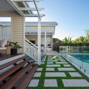 Esempio di una grande piscina naturale stile marinaro rettangolare dietro casa con una dépendance a bordo piscina e pavimentazioni in pietra naturale
