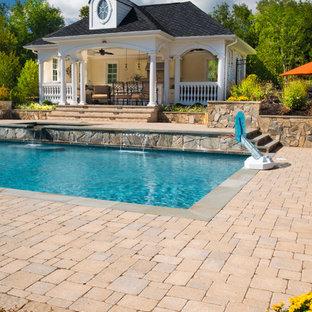 Idee per una grande piscina naturale tradizionale rettangolare dietro casa con una dépendance a bordo piscina