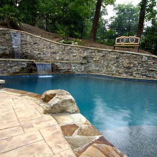 Modelo de piscina con fuente natural, rústica, de tamaño medio, a medida, en patio trasero, con adoquines de ladrillo
