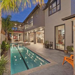 Ejemplo de piscina alargada, actual, rectangular, en patio trasero