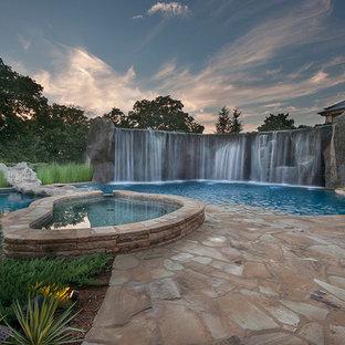 Diseño de piscina con fuente natural, ecléctica, extra grande, a medida, en patio trasero, con adoquines de piedra natural