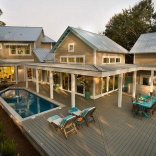 Foto di una piscina a sfioro infinito costiera personalizzata di medie dimensioni e dietro casa con pedane