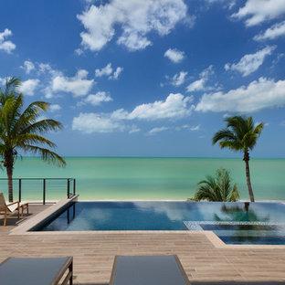 Foto di una piscina a sfioro infinito chic personalizzata dietro casa
