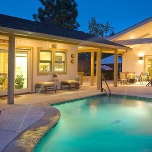 Imagen de piscina con fuente clásica, a medida, en patio