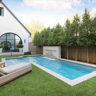 Imagen de piscina con fuente mediterránea, en forma de L, en patio trasero