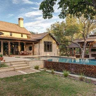 Mittelgroßer Landhausstil Infinity-Pool hinter dem Haus in rechteckiger Form in Austin