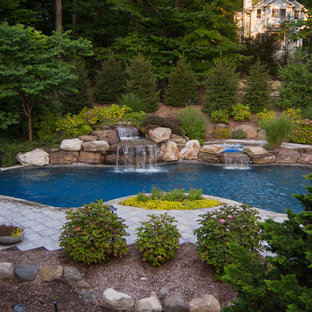На фото: бассейн произвольной формы в классическом стиле с