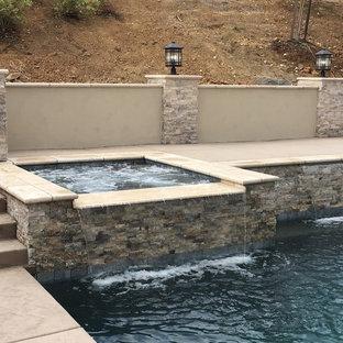 Diseño de piscinas y jacuzzis alargados, contemporáneos, pequeños, rectangulares, en patio trasero, con suelo de hormigón estampado