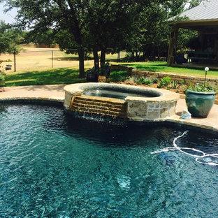 Modelo de piscinas y jacuzzis alargados, tradicionales, grandes, a medida, en patio trasero, con granito descompuesto