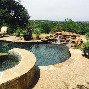 Modelo de piscinas y jacuzzis alargados, clásicos, grandes, a medida, en patio trasero, con granito descompuesto