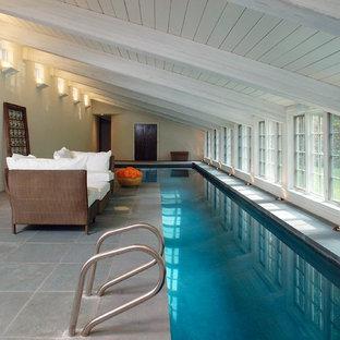 Foto de piscina clásica renovada interior