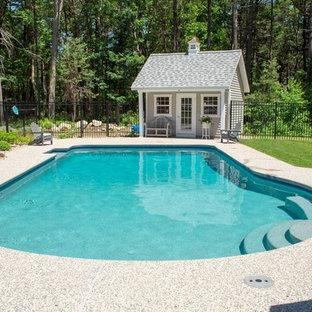Diseño de casa de la piscina y piscina alargada, tradicional renovada, de tamaño medio, a medida, en patio trasero, con granito descompuesto