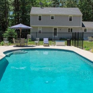 Diseño de casa de la piscina y piscina alargada, clásica renovada, de tamaño medio, a medida, en patio trasero, con granito descompuesto
