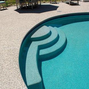 Modelo de casa de la piscina y piscina alargada, clásica renovada, de tamaño medio, a medida, en patio trasero, con granito descompuesto
