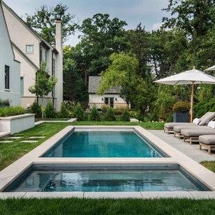 Foto de piscinas y jacuzzis alargados, clásicos, de tamaño medio, rectangulares, en patio trasero, con adoquines de piedra natural