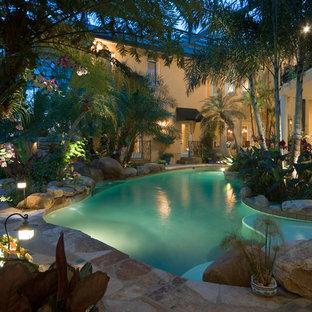 Ejemplo de piscina exótica interior