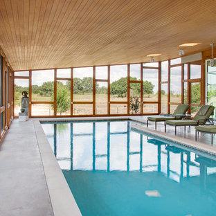 Immagine di una piscina coperta moderna