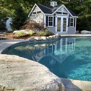 Diseño de casa de la piscina y piscina clásica, grande, redondeada, en patio trasero, con adoquines de hormigón