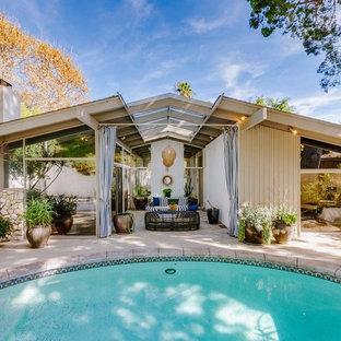 Diseño de piscina natural, vintage, de tamaño medio, redondeada, en patio trasero