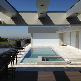 Foto de piscinas y jacuzzis infinitos, modernos, de tamaño medio, rectangulares, en azotea, con adoquines de piedra natural