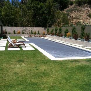 Esempio di una piscina monocorsia design rettangolare di medie dimensioni con piastrelle