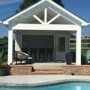 Diseño de casa de la piscina y piscina marinera, de tamaño medio, en patio trasero, con adoquines de ladrillo