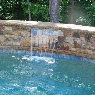 Diseño de piscinas y jacuzzis naturales, rústicos, de tamaño medio, a medida, en patio trasero, con adoquines de ladrillo