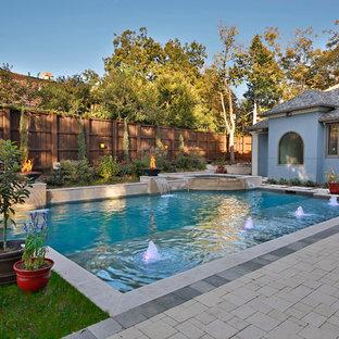 Неиссякаемый источник вдохновения для домашнего уюта: прямоугольный бассейн в средиземноморском стиле с фонтаном