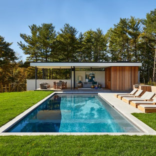 Retro Pool hinter dem Haus in rechteckiger Form mit Poolhaus in New York