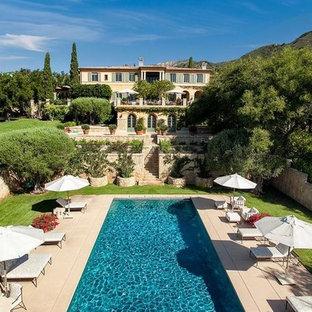 Geräumiges Mediterranes Sportbecken hinter dem Haus in rechteckiger Form mit Poolhaus und Betonplatten in Santa Barbara