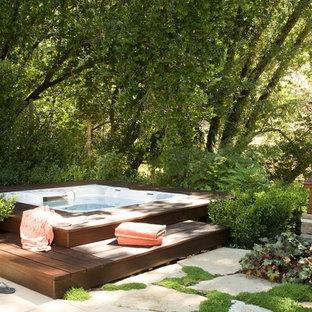 Diseño de piscinas y jacuzzis elevados, tradicionales, de tamaño medio, rectangulares, en patio trasero, con adoquines de hormigón