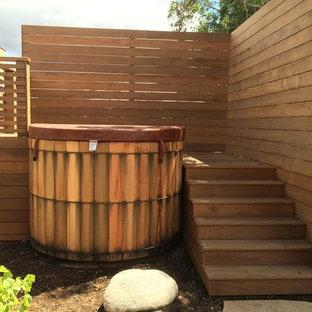 Ejemplo de piscinas y jacuzzis elevados, de estilo americano, pequeños, redondeados, en patio trasero, con entablado
