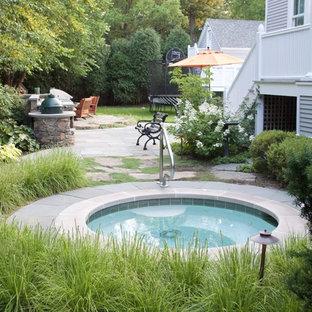 Imagen de piscinas y jacuzzis tradicionales, grandes, redondeados, en patio trasero, con adoquines de piedra natural