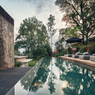 Ejemplo de piscina alargada, moderna, con entablado
