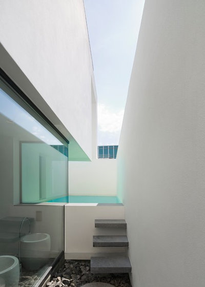 Modern Pool by Atelier Zafari . Architecture