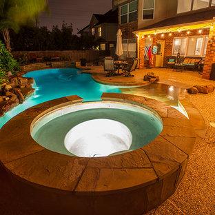 Ispirazione per una grande piscina design personalizzata dietro casa con pedane
